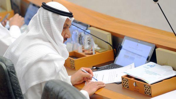وزير الأشغال حسام الرومي يوقع معاملات خلال جلسة لمجلس الأمة